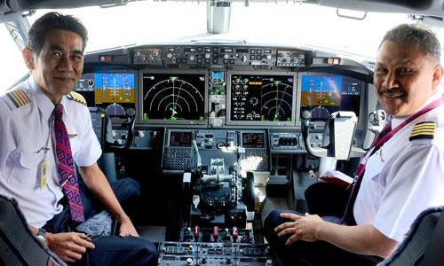 Hai phi công Malaysia trong buồng lái chiếc Boeing 737 Max 8 thực hiện hành trình bay từ Kuala Lumpur tới Singapore ngày 22/5/2017. Ảnh: B737.org.uk.
