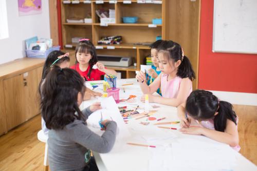 Trẻ được học cách giải quyết vấn đề với dự án Design for Change thuộc phương pháp Design Thinking từ các chuyên gia Đại học Stanford.