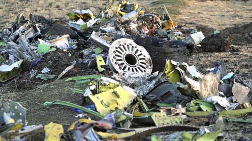 Các mảnh vỡ tại hiện trường chiếc Boeing 737 Max 8 rơi ở Ethiopia hôm 10/3. Ảnh: Reuters.