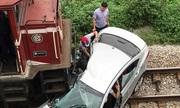 Tàu hỏa đâm ôtô chở người đi ăn cưới ở Hải Dương, 2 người tử vong