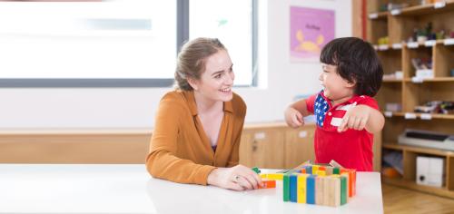 Ngoài những giờ học trên lớp, trẻ sẽ được tham gia các hoạt động trải nghiệm như: vui học tiếng Anh qua những bộ phim ý nghĩa...