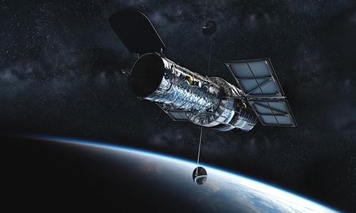 Kính viễn vọng Hubble hoạt động ngoài không gian. Ảnh: Phys.
