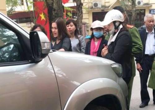 GIám đốc Sở Trần Việt Tuấn đi công tác bị nhóm người chặn đầu xe, la ó. Ảnh trích từ video clip