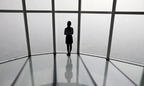 Một phụ nữ nhìn Seoul chìm trong ô nhiễm hôm 6/3. Ảnh: Reuters.