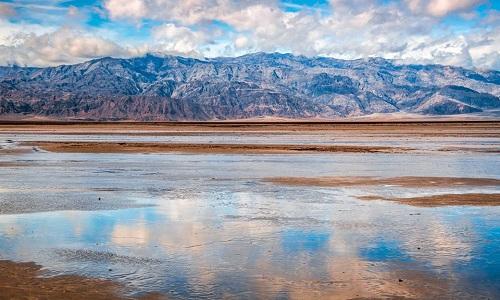 Hồ nước mưa trong vườn quốc gia thung lũng Chết. Ảnh: Elliot McGucken.