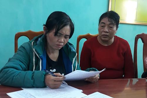 Bà Mến (phải) cùng nhân viên trộm tiền của khách vào quán massage. Ảnh: Quang Hà