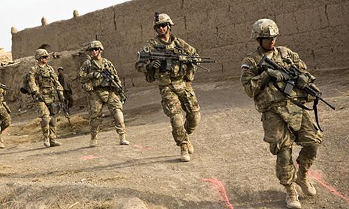 Binh sĩ Mỹ thuộc trung đoàn bộ binh số 36 tuần tra quanh căn cứ tại tỉnh Kandahar, Afghanistan. Ảnh: Reuters.