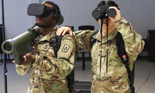 Binh sĩ thuộc trung đoàn phòng không số 4 của Mỹ sử dụng công nghệ thực tế ảo trong huấn luyện hồi tháng 3/2018. Ảnh: Military.