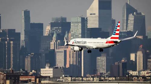 Một máy bay Boeing 737 Max 8 của American Airlines chuẩn bị hạ cánh tại sân bay LaGuardia, New Yorkhôm 11/3. Ảnh: Aviation.