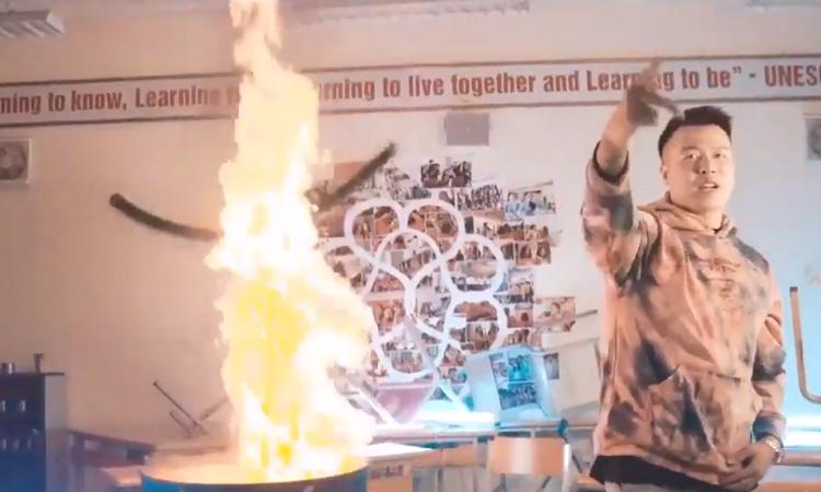 Cảnh khói lửa trong MV của nhóm nhạc ở trường Ams. Ảnh chụp màn hình