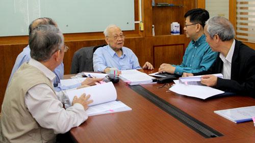 GS Nguyễn Văn Hiệu (giữa) và các nhà khoa học trao đổi, phân loại hồ sơ. Ảnh: Phạm Phượng.