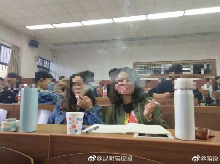 Hình ảnh sinh viên hút thuốc trong lớp gây sốc. Ảnh: Weibo