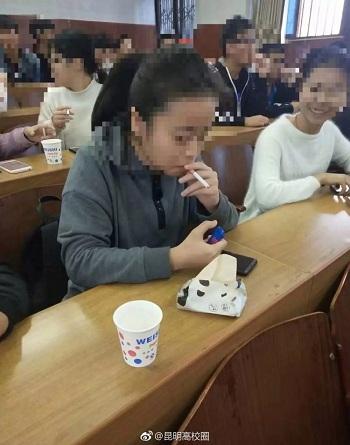 Sinh viên cho rằng việc hút thuốc là cần thiết để hiểu về thuốc lá. Ảnh: Weibo