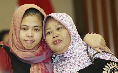 Siti ôm mẹ sau cuộc họp báo ở Jakarta hôm 11/3. Ảnh: AP