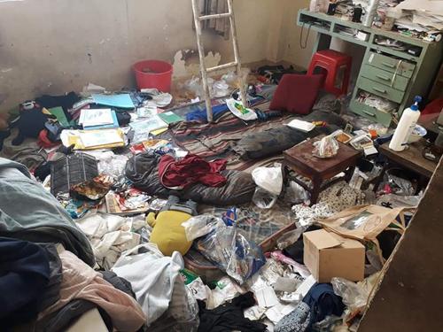 Căn phòng ngập rác đến mức không còn một chỗ trống.