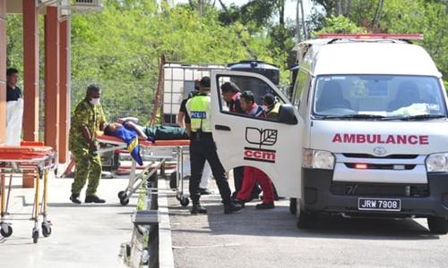 Nhân viên y tếđưa một em học sinh bị ngộ độc khí thải đi cấp cứu. Ảnh: AP.