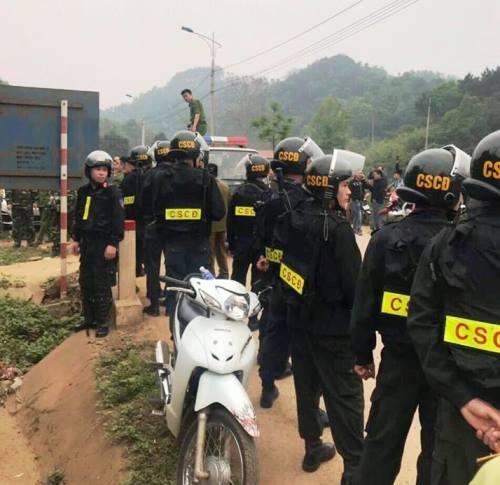 Cảnh sát cơ động trang bị súng tham gia vây bắt đường dây buôn lậu. Ảnh: B.M