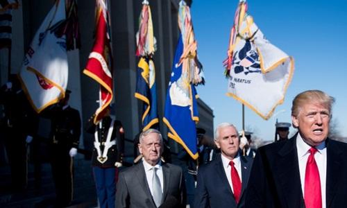 Bộ trưởng Quốc phòng Mỹ James Mattis (ngoài cùng bên trái) cùng Phó tổng thống Mike Pence (giữa) nghe Tổng thống Donald Trump phát biểu tại một sự kiện hồi tháng một năm ngoái. Ảnh: AFP.