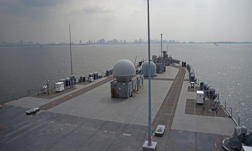 USS Blue Ridge tiến vào cảng Manila hôm 13/3. Ảnh: US Navy.