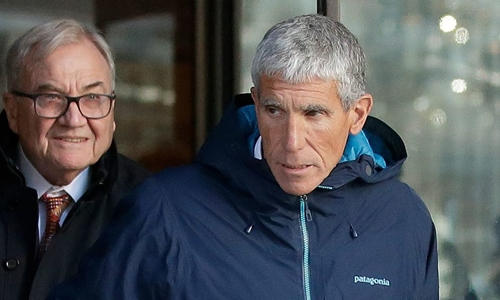Singer (phải)xuất hiện tại tòa án Bostonhôm 12/3. Ảnh: AP.