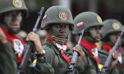 Lính Venezuela trong một cuộc duyệt binh năm 2012. Ảnh: Xinhua.