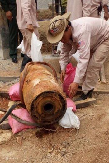 Quả bom 350kg được người dân phát hiện khi đào móng nhà. Ảnh:Quang Hà