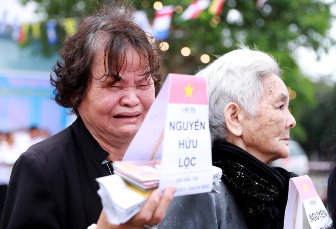 Mẹ của liệt sĩ bật khóc trong lễ tưởng niệm Gạc Ma