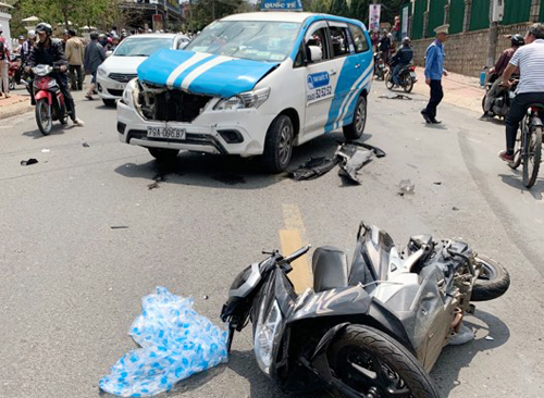 Các xe bị tông nằm rải rác trên đường. Ảnh:Hoàng Phụng.