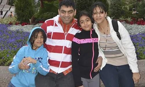Prerit Dixit, Kosha Vaidya cùng hai con gái. Ảnh: standardmedia.