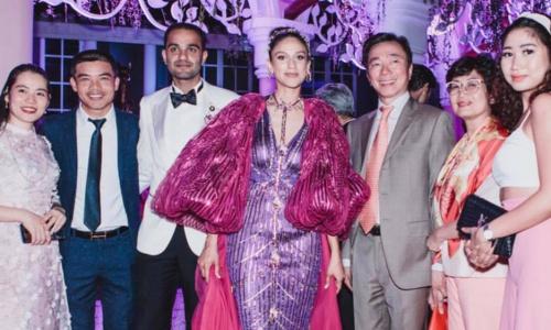 Đại sứ Phạm Sanh Châu, thứ ba từ phải sang, cùng gia đình dự đám cưới của đại gia Ấn Độ ở Phú Quốc đầu tháng 3/2019. Ảnh: NVCC.