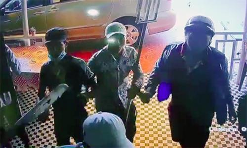 Nhóm người tấn công quán cà phê. Ảnh: Camera an ninh.