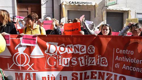 Người biểu tình phản đối phán quyết bên ngoài tòa án ở Ancona hôm 11/3. Ảnh: AP.