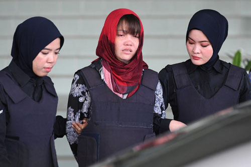 Đoàn Thị Hương khóc khi được áp giải rời phiên tòa sáng nay. Ảnh: AFP.
