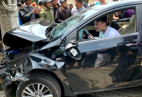 Sau khi tai nạn, tài xế vẫn ngồi ôm vôlăng lắc lư. Ảnh:Hoàng Phụng.