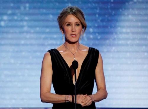 Nữ diễn viên Felicity Huffman phát biểu tại một sự kiện hồi năm 2018. Ảnh: Reuters.