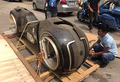 Mẫu môtô Tron Light Cycle khui thùng tại Hà Nội.