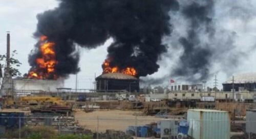 Các bể chứa dầu ở cơ sở chế biến Petro San Felix bốc cháy sau vụ tấn công hôm 13/3. Ảnh: CNN.