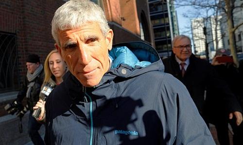 William Rick Singer rời khỏi tòa án ở Boston hôm 12/3. Ảnh: Reuters.