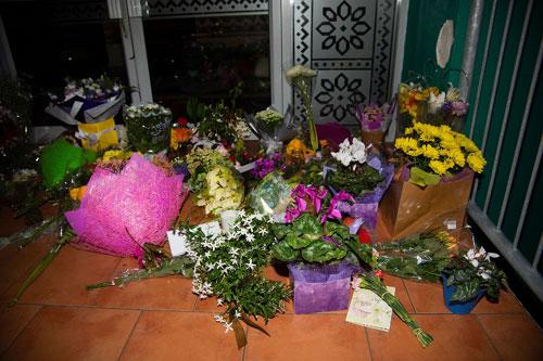 Người dân New Zealand đặt hoa tưởng niệm các nạn nhân tại nhà thờ Hồi giáo ở thành phố Christchurch. Ảnh: AFP.