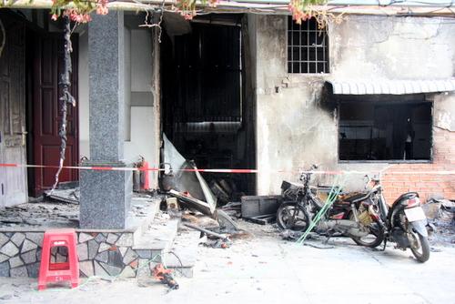 Ngọn lửa cháy lan sang căn nhà 2 tầng của chủ nhà. Ảnh: Nguyễn Khoa.