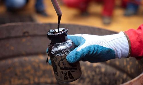 Nhân viên thu thập mẫu tại giếng dầu của PDVSA tại Morichal năm 2011. Ảnh: Reuters.
