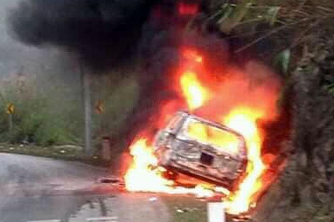Chiếc xe 7 chỗ bốc cháy trơ khung sau tai nạn. Ảnh: Đỗ Minh