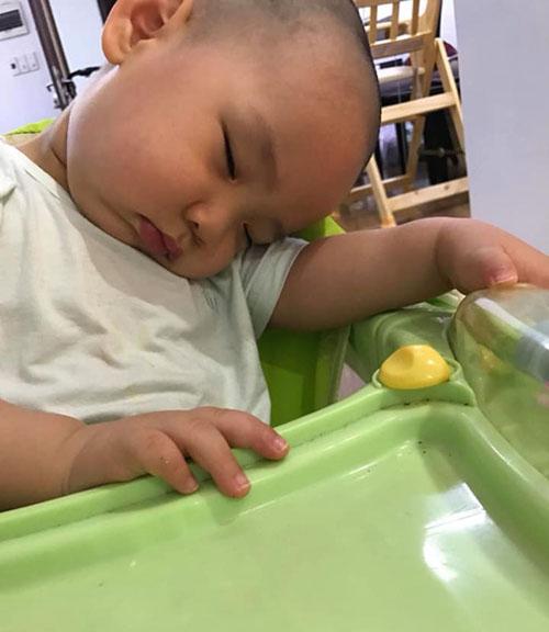 Đúng là trẻ con, muốn ngủ là ngủ à.