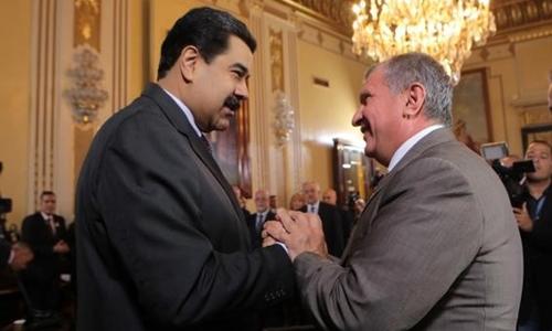 Tổng thống Venezuela Maduro và Chủ tịch Rosneft Igor Sechin tại Caracas năm 2016. Ảnh: Reuters.