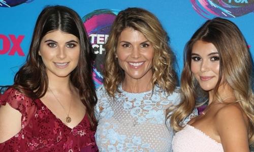 Lori Loughlin (giữa), nữ diễn viên nổi tiếng Hollywood cùng con lớn Isabella (trái) và con útOlivia (phải). Ảnh: Fox.