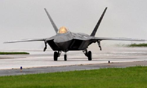 Một chiếc F-22 chuẩn bị cất cánh trên đường băng ở căn cứ không quân Kadena. Ảnh: Reuters.