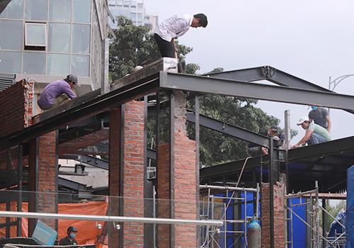 Công trình làm khung thép, cột xây gạch. Ảnh: Nguyễn Đông.