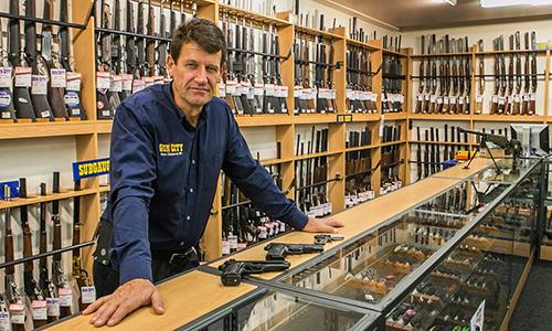 David Tipple, nhân viên cửa hàng súng Gun City tại thành phố Christchurch, New Zealand kiểm tra những khẩu súng ngắn của khách hàng. Ảnh: Stuff.