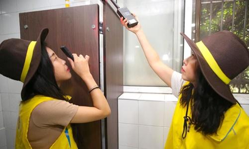 Nữ cảnh sát kiểm tra một nhà vệ sinh công cộng ở Seocho, Seoul năm 2018. Ảnh: CNN.