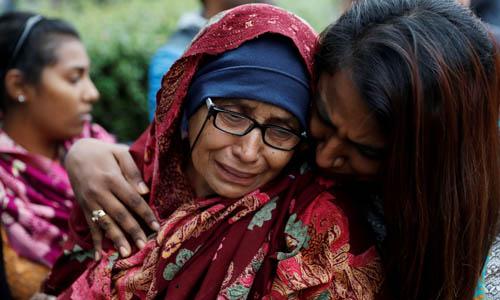 Một phụ nữ khóc khi chờ tin chồng mình hôm 16/3 tại trung tâm dành cho gia đình các nạn nhân vụ xả súng ở Christchurch, New Zealand. Ảnh: Reuters.